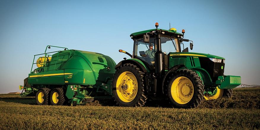 Tractor 7R con megaenfardadora