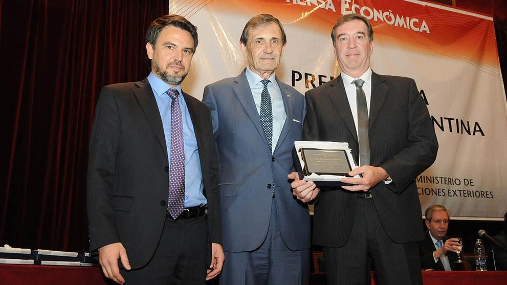 Martin Beyries, Asuntos Corporativos de John Deere e Sérgio Fernandez, Director Industrial de la planta de Rosário, recibindo el premio a la Exportación