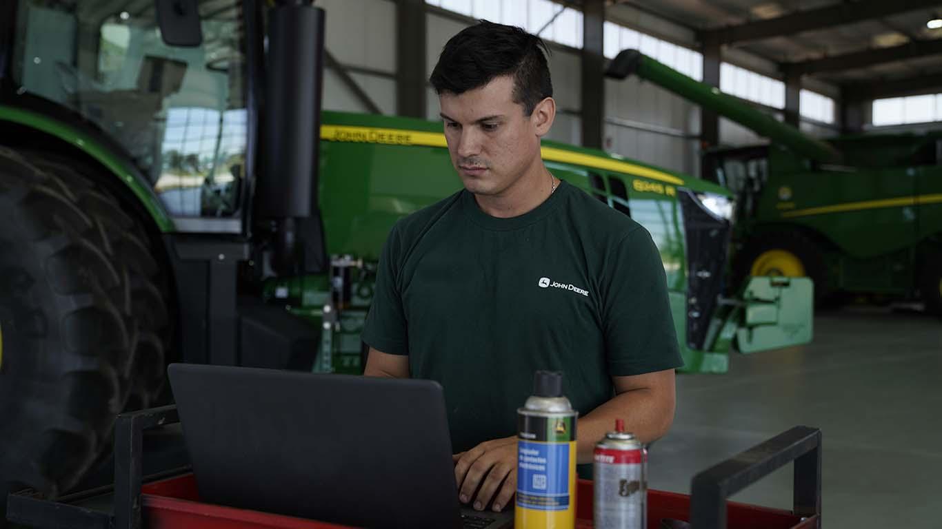 Técnico con laptop antendiendo un cliente