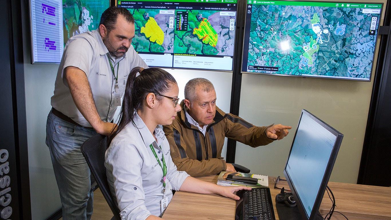 Técnicos de un concesionario analizan fallas en el centro de operaciones