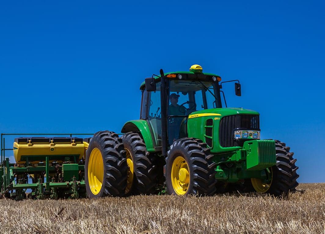 Tractor 6150J en campo.