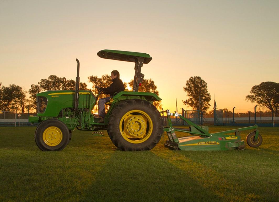 Económico, robusto y con todo el respaldo John Deere. Sumá un tractor 5045D a tu producción.