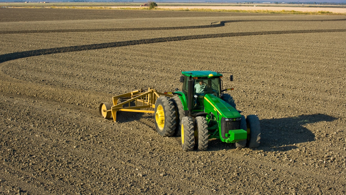 Tractor John Deere  con Surface Water Pro™ Plus.