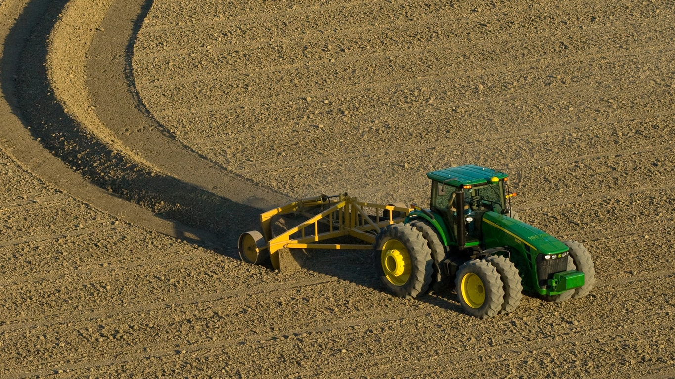 Tractor John Deere con software Surface Water Pro™ Plus.